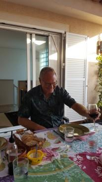 Fredrik smakar på vinet.