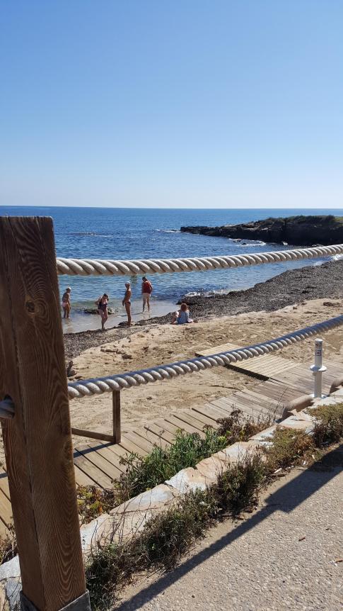 Åse doppar fötterna i Medelhavet.